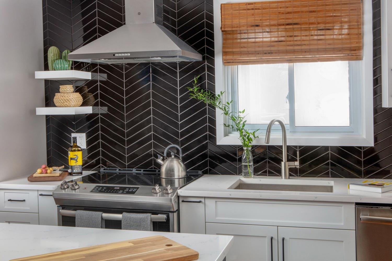 herring-bone-black-backsplash-kitchen-hood